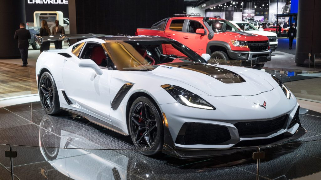 Corvette C8 2020 blanco en showcase