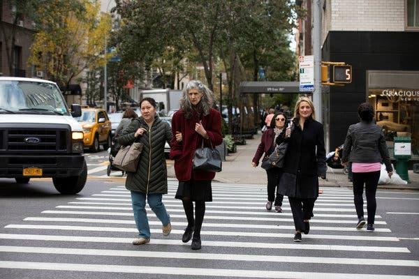 Peatones cruzando una calle en EU