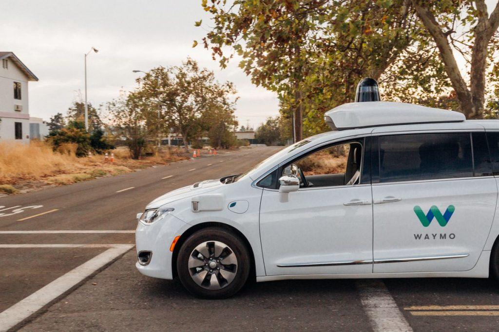 Autos autónomos sin conductor de Waymo en calles de los suburbios