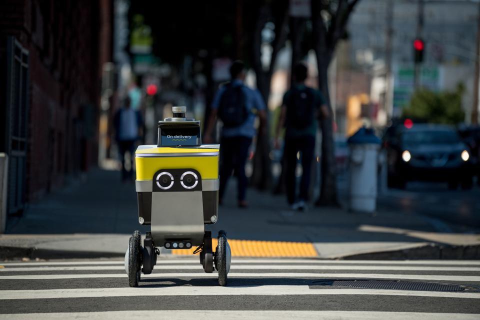 Robot de entrega de Phantom Auto trabajando para Postmates en EU