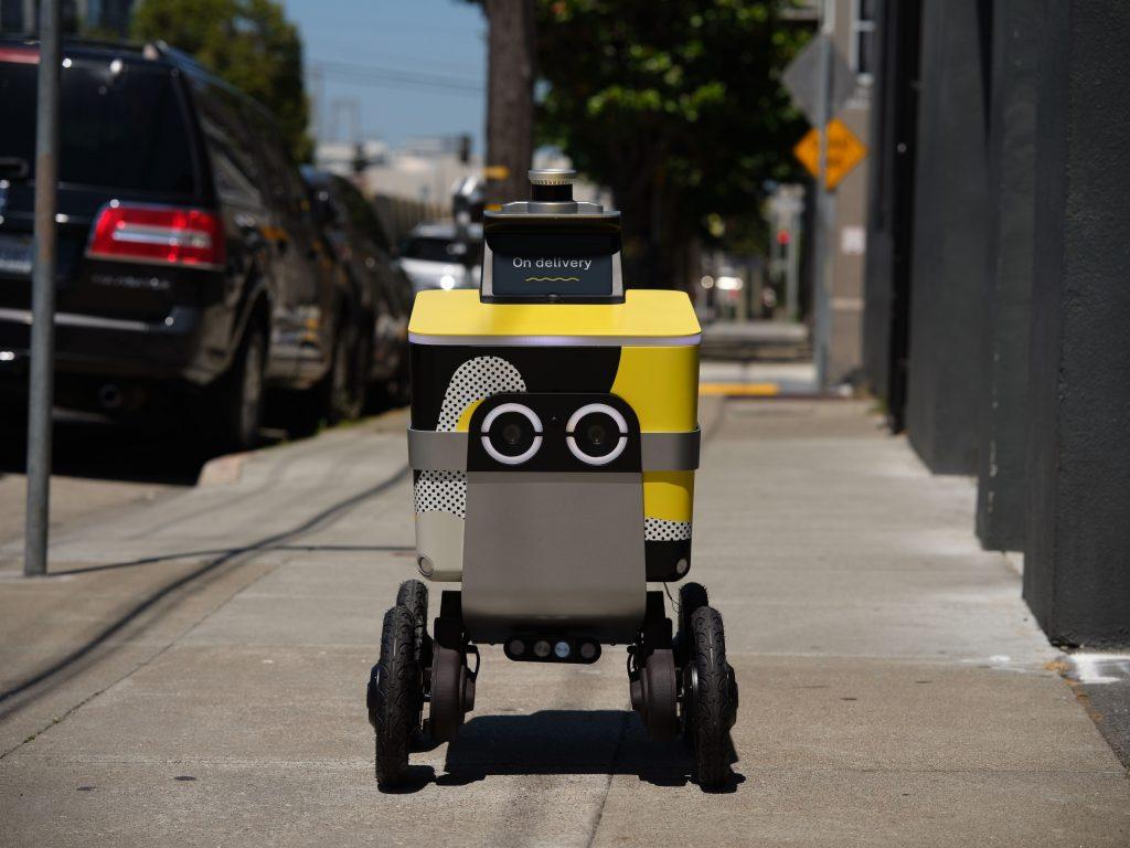 Robot entregando un pedido de comida